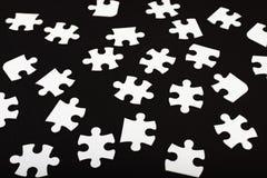 Белая мозаика на черноте стоковое изображение