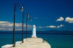 Белая мола пристани на голубой воде рая, Kassandra, Македонии, g стоковое изображение