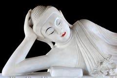 Белая мраморная статуя Будды изолировала на черноте стоковое фото