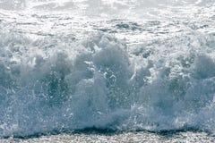 Белая пена сползая над песком мощные океанские волны ломая естественную предпосылку, Пхукет Стоковая Фотография RF