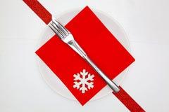 Белая плита и красное украшение рождества стоковые фотографии rf