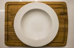 Белая плита на доске Стоковая Фотография
