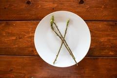 Белая плита со спаржей стоковая фотография rf