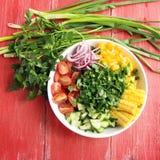 Белая плита с отрезанными овощами для салата vegan Стоковые Изображения RF