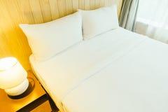 Белая подушка на кровати Стоковое Изображение RF