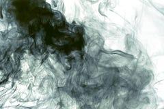Белая помарка дыма на черноте стоковые фотографии rf