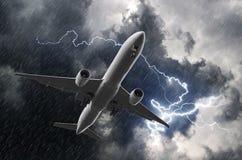 Белая посадка самолета пассажира во время грозы дождя, плохой погоды иллюстрация штока