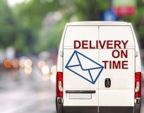 Белая поставка в срок Van управляя быстро на bokeh blurr города Стоковая Фотография
