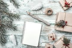 Белая предпосылка Ветвь ели письмо santa к Поздравительная открытка рождества, рождество, Новый Год и Xmas Стоковая Фотография