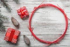 Белая предпосылка деревенский Брэд и декоративные конусы Самомоднейший тип Подарки Стоковая Фотография