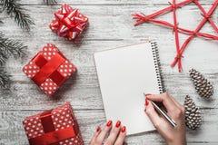Белая предпосылка деревенский Брэд и декоративные конусы Самомоднейший тип письмо santa к ` S Eve карточки, рождества и Нового Го Стоковое Фото