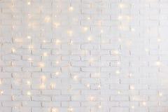 Белая предпосылка кирпичной стены с сияющими светами стоковая фотография rf