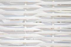 Белая предпосылка с загородкой деревянных стикеров оплетала стоковые изображения rf