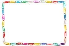 Белая предпосылка с прямой рамкой сделанной из красочных бумажных зажимов стоковые фотографии rf