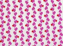 Белая предпосылка с розовыми и красными сердцами Стоковые Фотографии RF