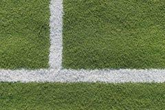 Белая прокладка в поле для футбола Зеленая текстура поля футбола, волейбола и баскетбола стоковые фотографии rf