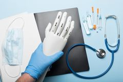 Белая простетическая рука для людей с ограниченными возможностями Заботить для пациентов в клинике стоковое фото rf
