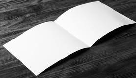 Белая пустая бумага на темной деревянной предпосылке Стоковое Изображение