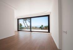 Белая пустая комната с зеленым ландшафтом в окне стоковая фотография rf