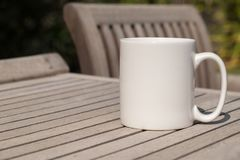 Белая пустая насмешка кружки кофе до добавляет нестандартную конструкцию/цитату Стоковые Изображения RF
