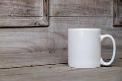 Белая пустая насмешка кружки кофе до добавляет нестандартную конструкцию/цитату Стоковое Фото