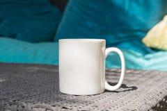 Белая пустая насмешка кружки кофе до добавляет нестандартную конструкцию/цитату Стоковое Изображение