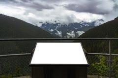Белая пустая точка зрения афиши информации в горах на унылое и пасмурный день Реклама концепции Outdoors или стоковое фото rf