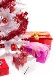 Белая рождественская елка с коробками подарка Стоковые Изображения