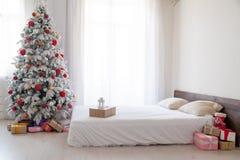 Белая рождественская елка с красным оформлением подарков зимы Нового Года игрушек спальни стоковая фотография rf