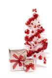 Белая рождественская елка с серебряной коробкой подарка Стоковое Фото