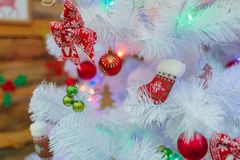 Белая рождественская елка украшена с гирляндами и игрушками рождества Конец-вверх indoors стоковое фото rf