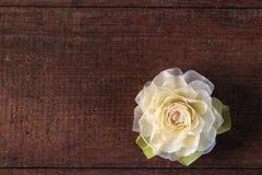 Белая роза на деревянной предпосылке Стоковое Фото