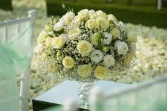 Белая роза цветет украшение букета настроенное на свадебной церемонии Стоковое Изображение