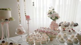 Белая свадьба шоколадного батончика, печенья свадьбы на сладком шведском столе конфеты таблицы Двиньте камеру Съемка Midle видеоматериал