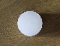 Белая свеча на деревянной предпосылке стоковая фотография rf