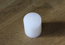 Белая свеча на деревянной предпосылке стоковое фото rf