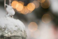 Белая серебряная безделушка орнамента рождества Beautyful haning на ели с снегом Стоковое Изображение RF