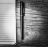 белая спиральная пусковая площадка записи с ручкой на столе офиса стоковое изображение rf