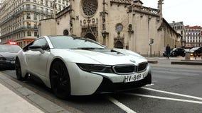 Белая спортивная машина BMW i8 вставляемая гибридная в Лионе Франции видеоматериал