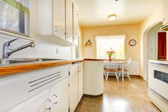 Белая старая малая кухня в американском строении дома в 1942. Стоковая Фотография