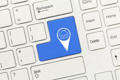 Белая схематическая клавиатура - голубой ключ с домашним symbo geolocation стоковые фотографии rf