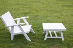 Белая таблица и белый стул Стоковые Фото