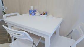 Белая таблица на кухне акции видеоматериалы