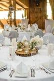 Белая таблица свадьбы с цветками Стоковая Фотография RF
