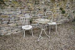 Белая таблица с 2 стульями Стоковые Фотографии RF