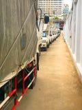 Белая тележка поставки дальше припаркованная в автостоянке Стоковое Фото