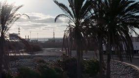 Белая тележка управляет через промышленный район склада в предыдущих часах утра Следование снятое Полу-тележки с