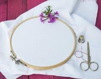 Белая ткань для вышивки в деревянной круглой рамке вышивки Стоковое фото RF
