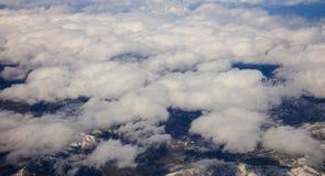 Белая тяжелая смертная казнь через повешение предпосылки облаков на голубом небе над горой Воздушное фото от плоского окна ` s стоковая фотография