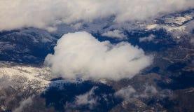 Белая тяжелая смертная казнь через повешение предпосылки облаков на голубом небе над горой Воздушное фото от плоского окна ` s стоковое изображение